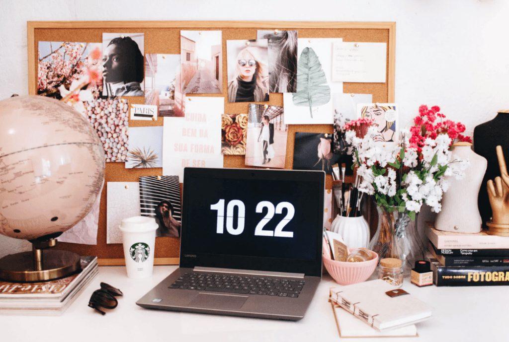 promowanie bloga firmowego - laptop na stole
